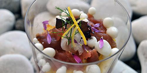 Crudtità di pesce con salsa cruda di pomodoro e perle di yogurt di bufala