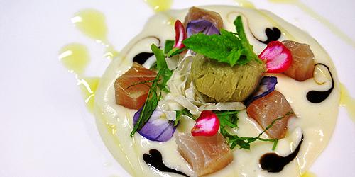 Bocconcini di ricciola affumicati su patate shekerate al latte e gelato di melanzane violette alla menta