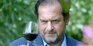 Michel Rolland che microssigena con lo sguardo un calice di vino