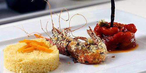Gamberi in crosta di erbe, cous cous e peperoni caramellati all'arancia e vaniglia